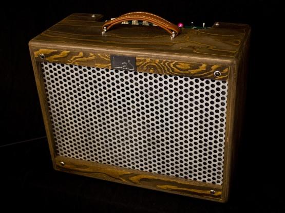IMG 1917 555x416 - Amplificador Guitarra LAJ T-LUXE REVERB