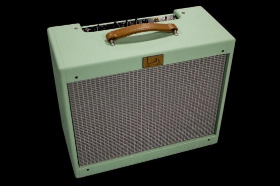IMG 2398 555x370 - Amplificador Guitarra LAJ T-ONE REVERB